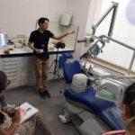 Detalle del profesor dando la parte práctica del Curso de Operador de Radiodiagnóstico Dental para Higienistas Dentales, Junio 2016.