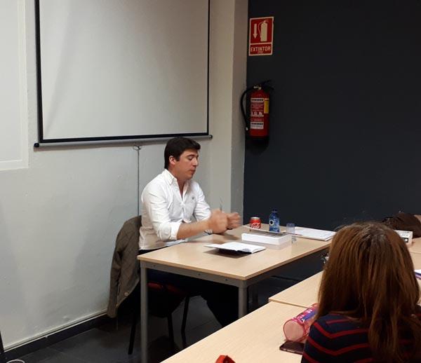 Detalle de Juan, abogado del colegio, durante su clase de legislación, para la preparación a las oposiciones de higiene dental para la Comunidad Valenciana, 2018.